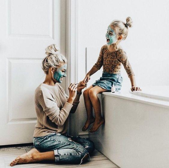 Madre e hija con mascarillas en el baño