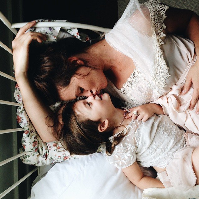 Madre da beso a su hija en la nariz