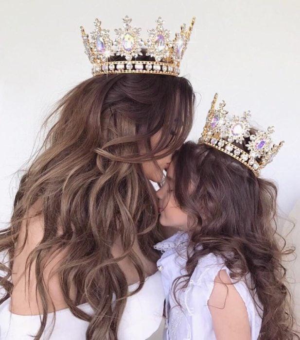 Madre e hija con coronas de reinas
