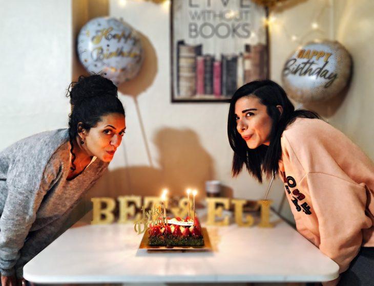 Madre e hija soplan velas de pastel