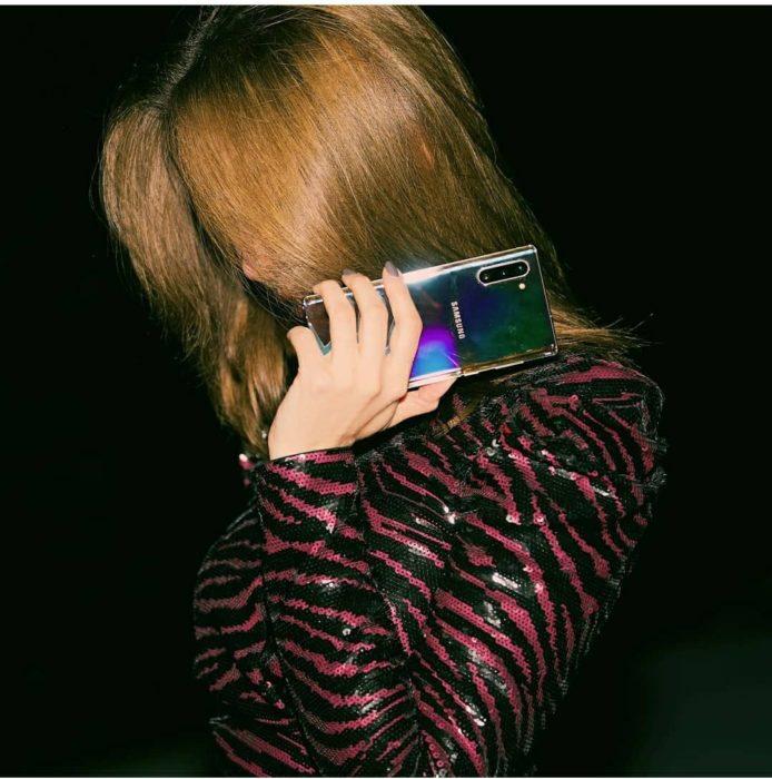 Chica sosteniendo un celular
