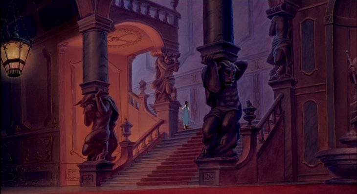 """Escena de la pelíucla """"la bella y la bestia"""" en donde se ve a bella corriendo por las escaleras"""