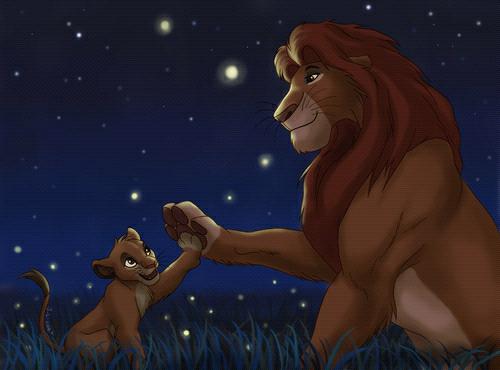 león adulto y su cachorro sentados a mitad de la selva mientras contemplan el anochecer
