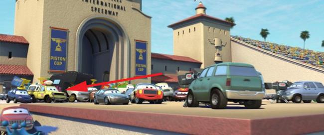 distintos carros y camionetas estacionados afuera de un establecimiento