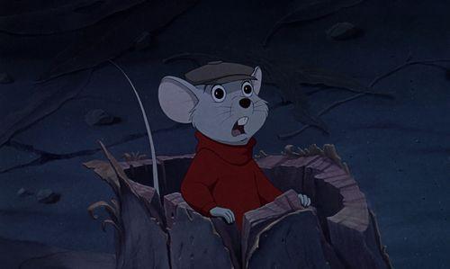 ratón dentro de un balde de madera con sorprendido