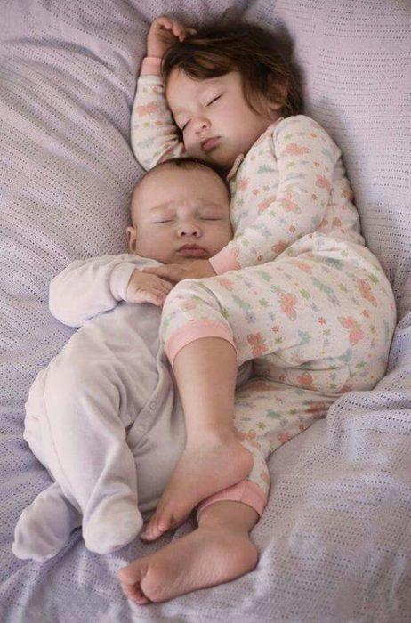 Hermanos dormidos