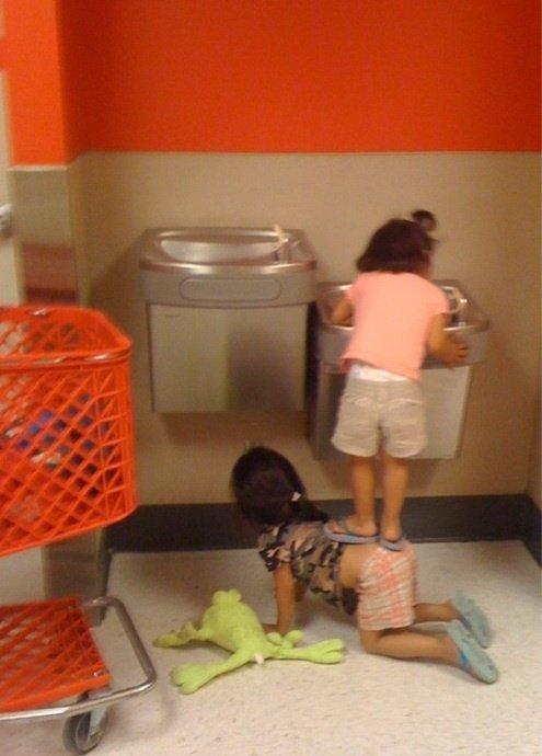 Niña apoyándose de su hermana