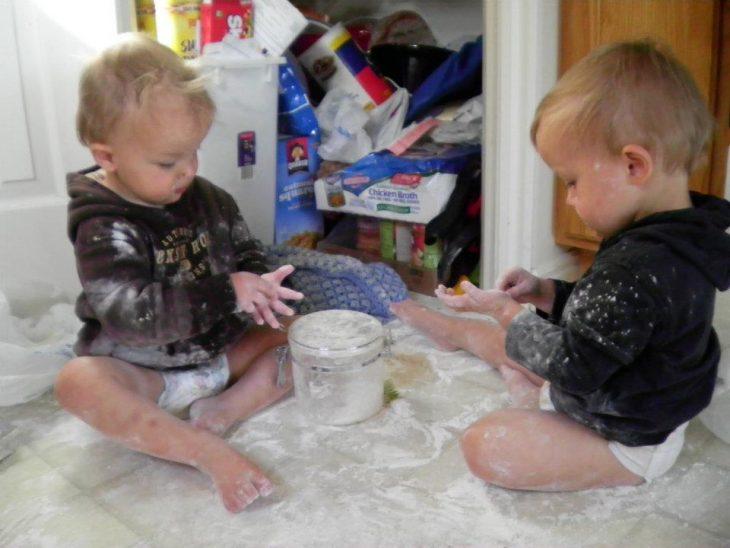 Niños jugando con harina