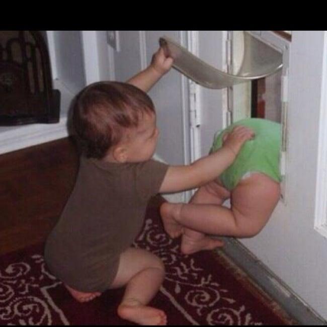 Niño aventando a su hermano