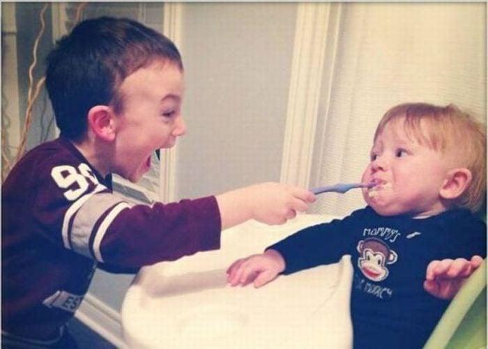 Niño molestando a su hermano