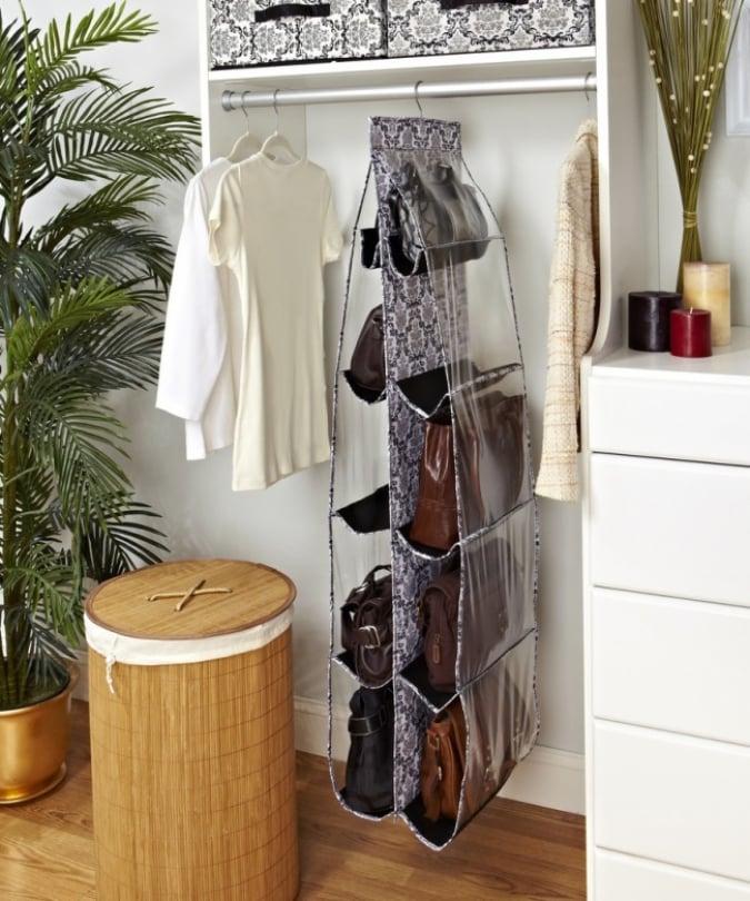 los organizadores colgantes pueden ayudarte a organizar tus bolsos o zapatos dentro de tu armario y as ahorraras espacio - Como Organizar Un Armario
