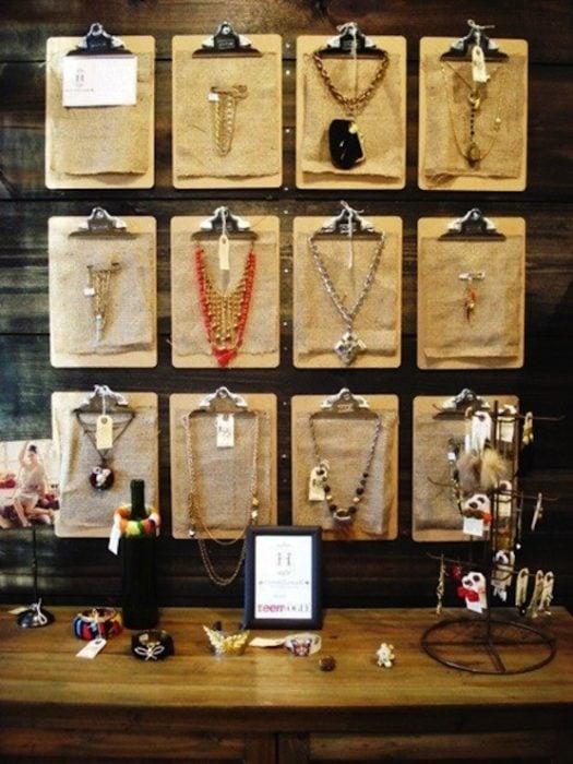 Portapapeles como organizador de collares
