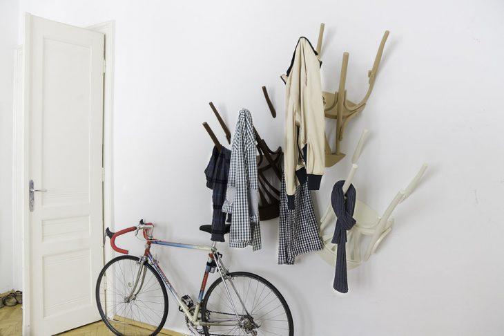 Sillas en la pared para colgar ropa