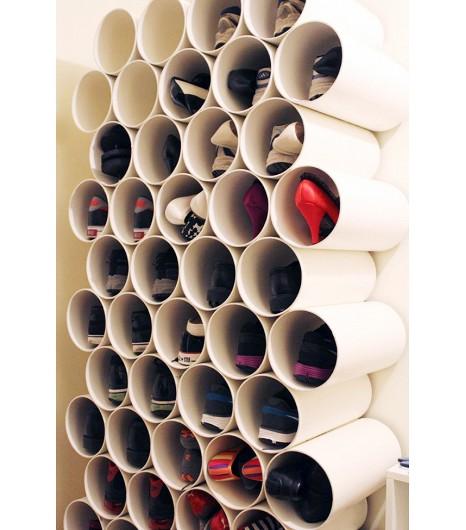 tubos en la pared para guardar zapatos