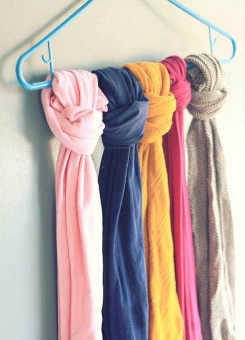 Pañuelos atados a una percha
