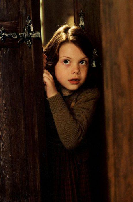 Lucy escondida en el ropero de la película las crónicas de narnia