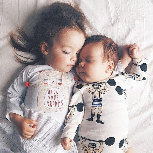 Hermanas pequeñas durmiendo juntas