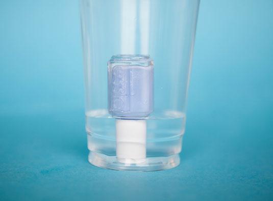 Esmalte sumergido en un vaso de agua