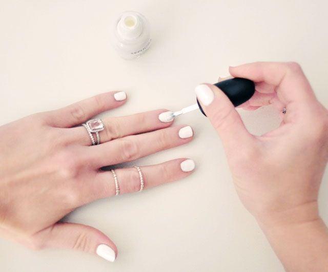 Uñas pintadas en color blanco
