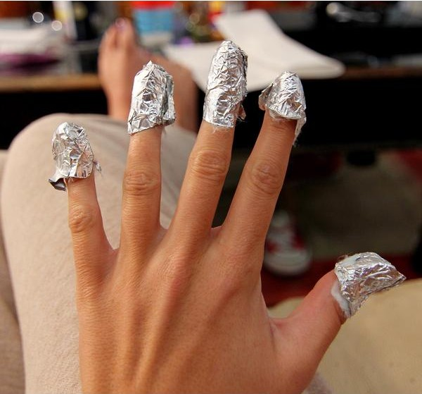 Uñas envueltas con algodón y papel aluminio