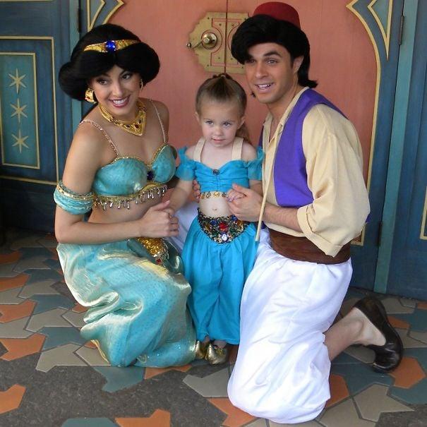 niña junto a dos personas con disfraces de aladino