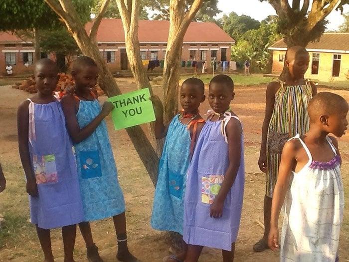 """Niñas africanas con un letrero diciendo """"Gracias"""""""