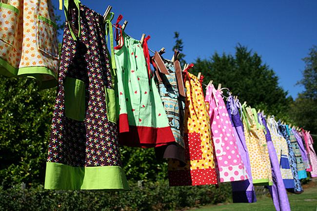 Vestidos de Lillian Weber colgados en un tendedero
