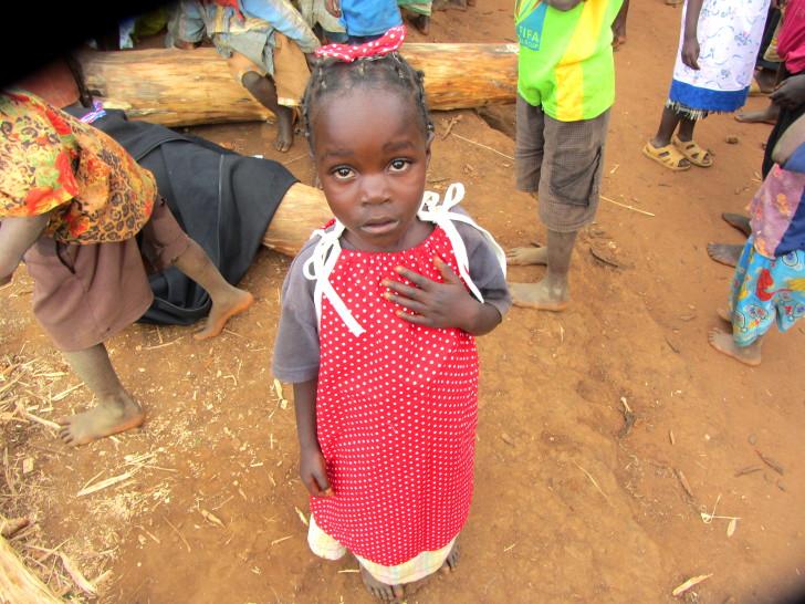 Niña africana con un vestido de la organización vestidos para África