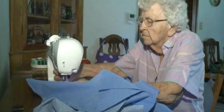 Sra. Weber en su maquina de coser realizando vestidos