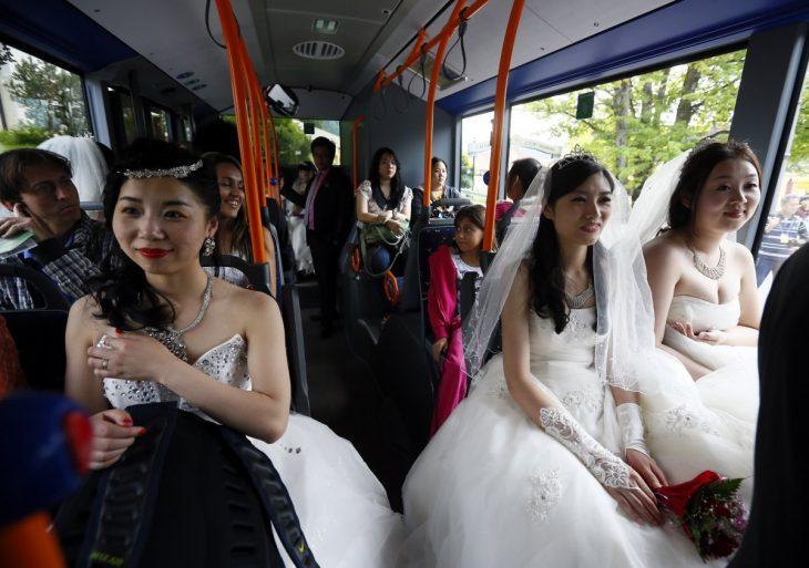 mujeres vestidas de novias sentadas en un autobús público