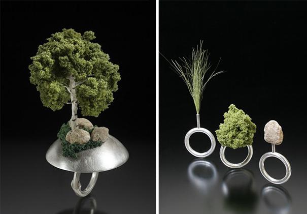 fotografía de anillos en forma de pequeños bonsái y distintos árboles