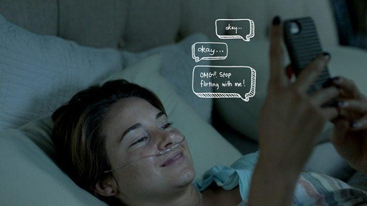 escribiendo mensaje de texto y sonriendo