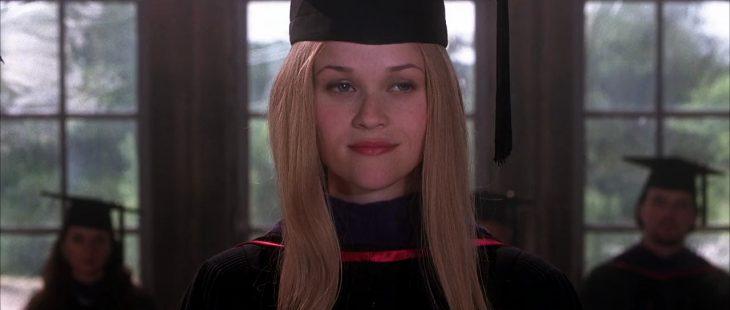 mujer usando una toga y un birrete de graduación