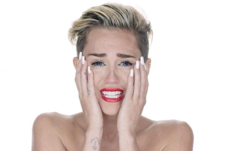 cantante juvenil tomándose la cara con las dos manos