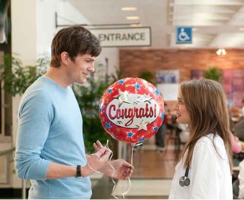hombre le da un globo a una chica