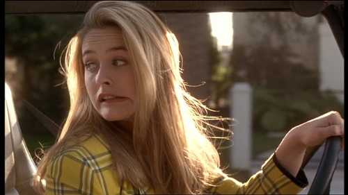 mujer rubia manejando un auto
