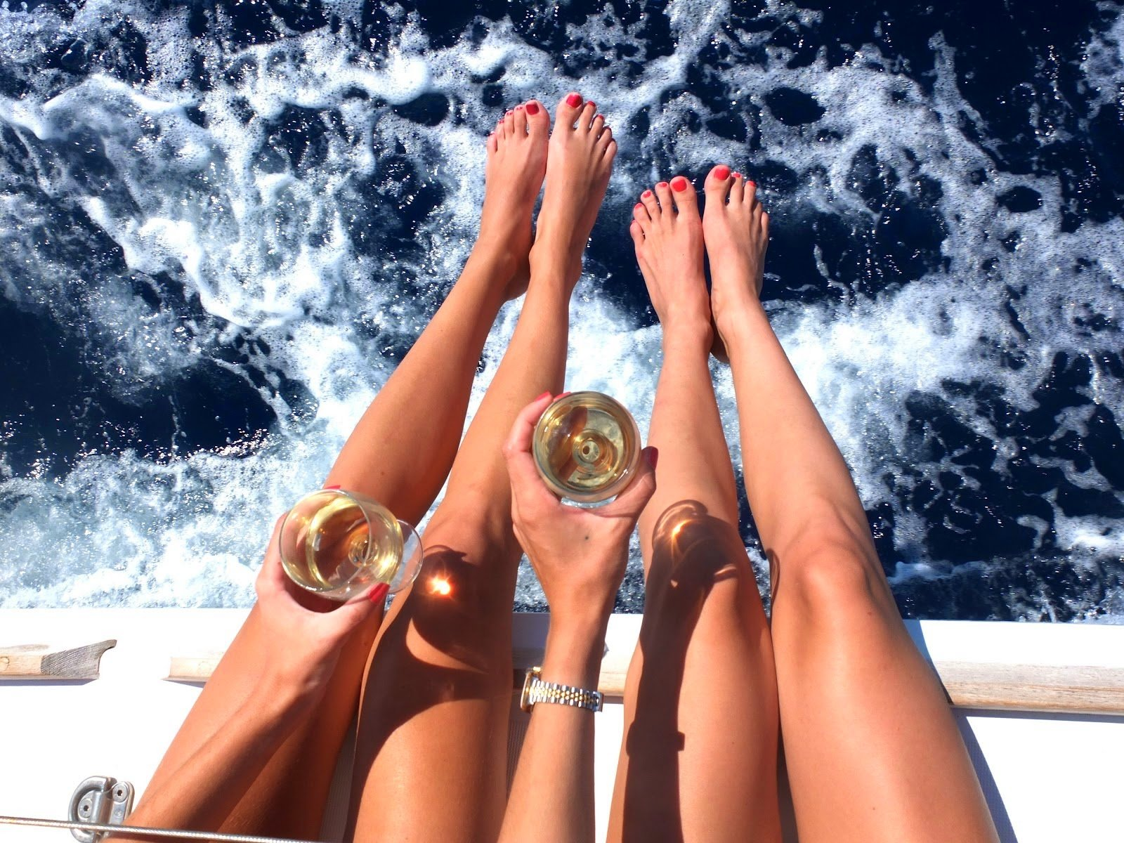 chicas sentadas con una copa de whisky
