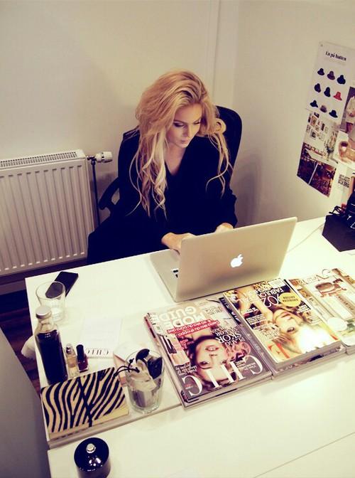 chica trabajando para una revista en una mac