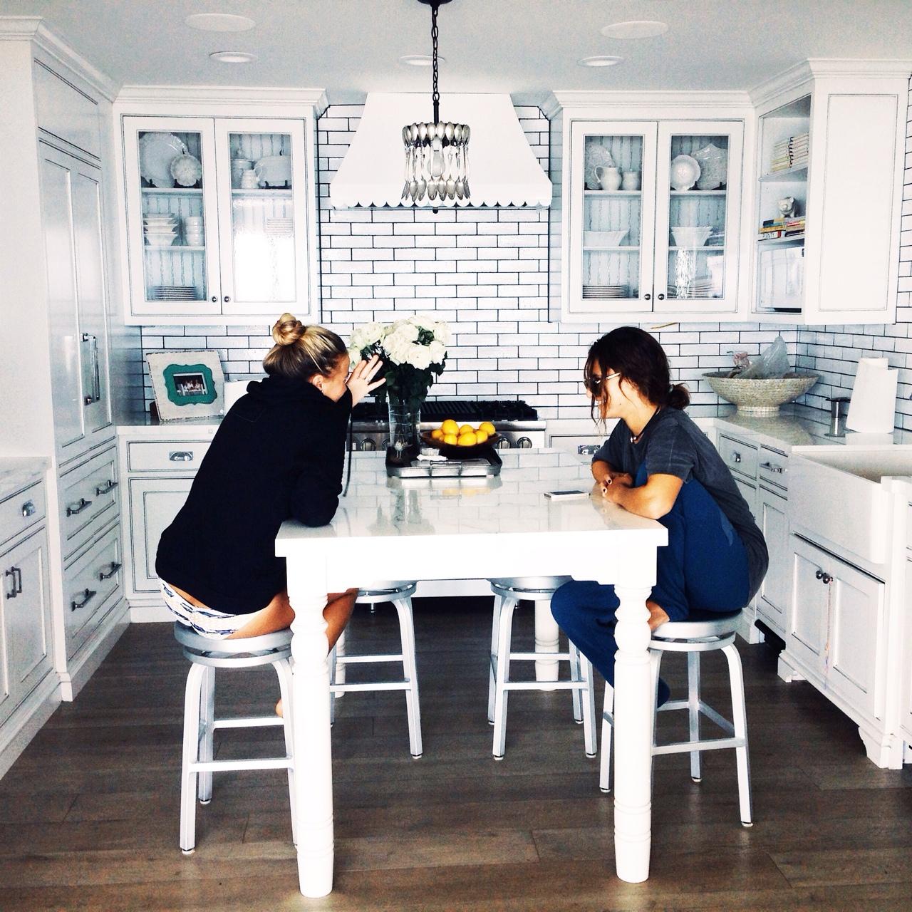 hermanas platicando en la mesa de la cocina