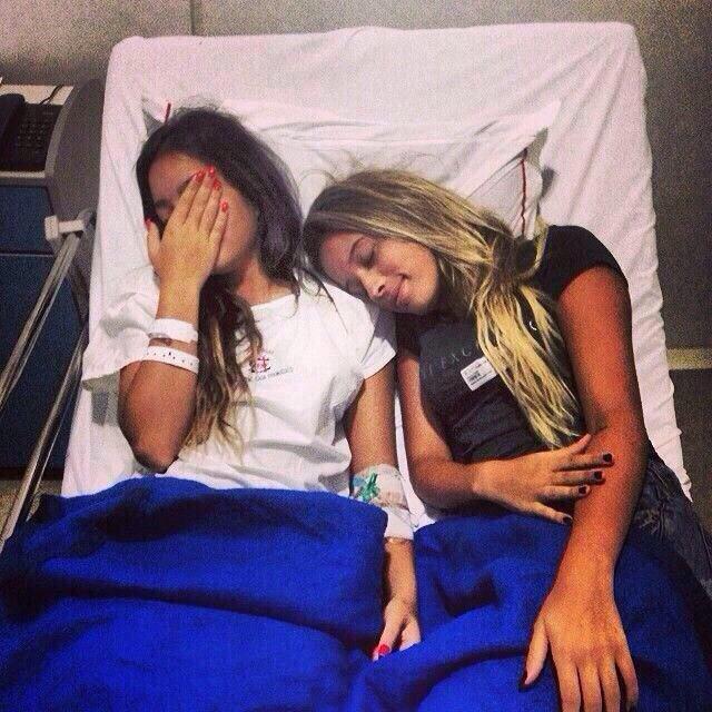 hermanas acostadas en cama de hospital