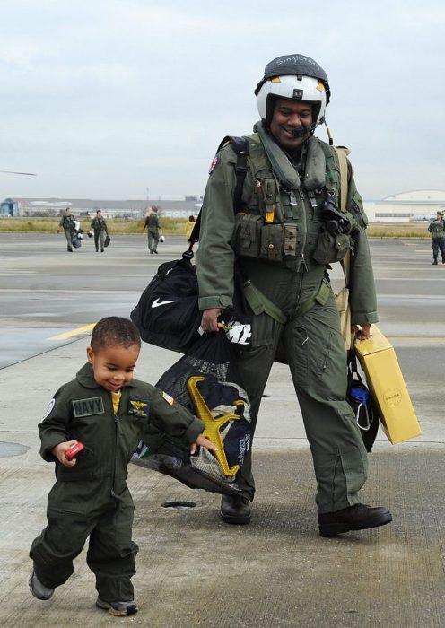 papá e hijo con uniforme aviación caminando juntos