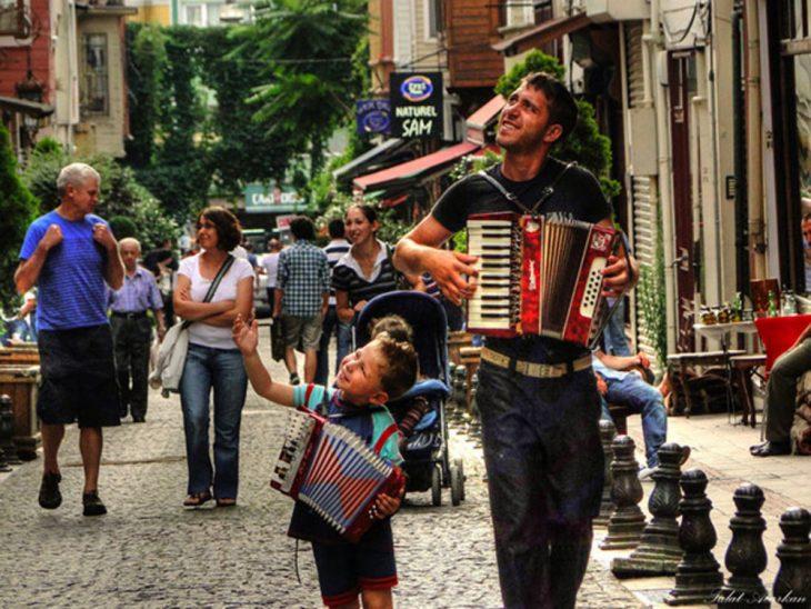padre e hijo tocando el acordeón