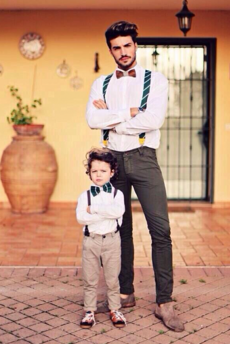 padre e hijo parados de la misma manera