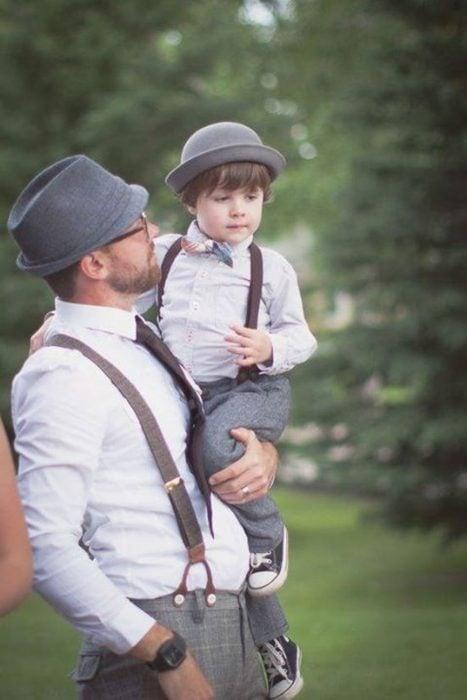 padre cargando a su hijo y vestidos igual
