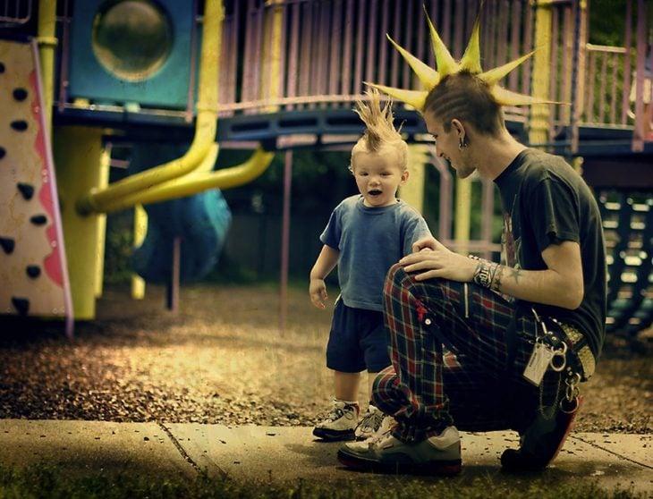 padre e hijo punk en un parque