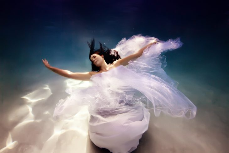 novia bajo el agua con vestido