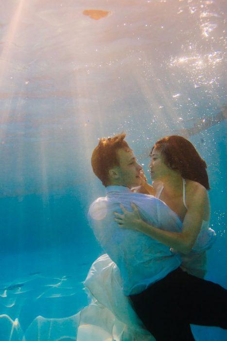 novios bajo el agua