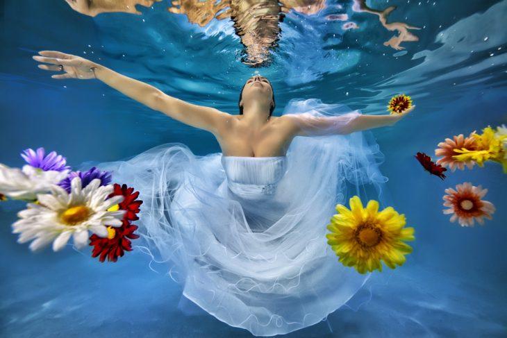 Novias con flores bajo el agua