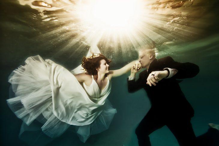 foto de novios bajo el agua