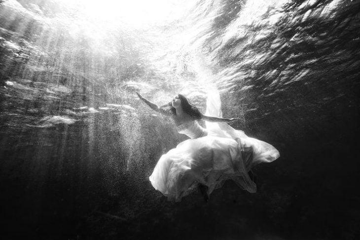 novia debajo del agua